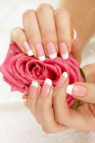 Ногти с розами в руках